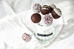 Cake pops in dark and white chocolate coating! Divine Chocolate, Chocolate Lovers, White Chocolate, Chocolate Coating, Match Making, No Bake Cookies, Baking Cookies, Piece Of Cakes, Cookies And Cream