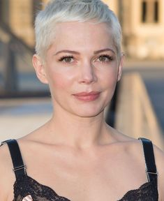 47 Celebrity That Looks Cool With Pixie - Nona Gaya Michelle Williams, Dress Cuts, Celebrity Look, Halle Berry, Pixie Haircut, Looks Cool, Pixie Cut, Audrey Hepburn, Cute Girls