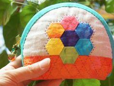 http://www.handmadiya.com/2015/09/zipper-cosmetic-bag-tutorial-patchwork.html