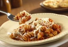Cheesy Pasta Twists - Ready in just 30 minutes, this easy skillet dish features corkscrew pasta, Italian sauce and mozzarella cheese, topped with crushed croutons I Love Food, Good Food, Yummy Food, Chicken Parmesan Pasta, Balsamic Chicken, Balsamic Vinegar, Cooking Recipes, Healthy Recipes, Pasta Recipes