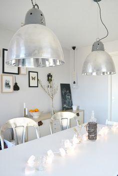 Guirnaldas de luces como decoración de mesa de comedor