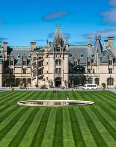 The World's Most Beautiful Houses You Can Visit: The Biltmore Estate in Asheville, North Carolina Haunted Houses In America, Real Haunted Houses, Most Haunted, Haunted Mansion, Haunted Places, Beautiful Buildings, Beautiful Homes, Most Beautiful, Beautiful Places