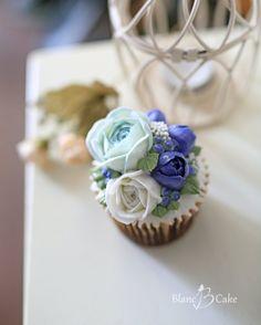 - Buttercream flower cupcakes