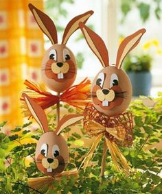 Die schönsten Deko-Ideen für Ostern That's the way your eggs have never looked. The funny Easter bunny sticks are great in the plant pot or in the garden. Easter Eggs Kids, Easter Egg Crafts, Easter Art, Bunny Crafts, Crafts For Kids, Easter Ideas, Easter Table, Easter Decor, Spring Crafts
