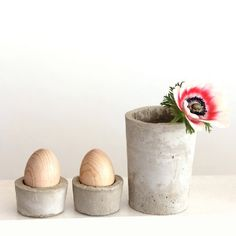 Make your own simple and stylish egg cups. Easy tutorial for Easter decoration with concrete objects.