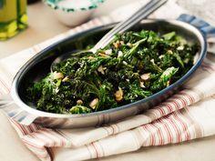 Vitlöksfräst grönkål med mandel | Recept från Köket.se Raw Food Recipes, Veggie Recipes, Vegetarian Recipes, Healthy Recipes, Clean Eating, Healthy Eating, Spring Recipes, Vegan Dinners, I Foods