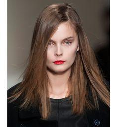 Coiffures pour cheveux mi-longs : le brushing baguette