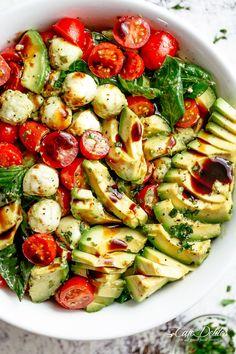 Caprese salad with creamy avocado slices and a delicious basil pesto sauce . - Caprese-Salat mit cremigen Avocado-Scheiben und einem leckeren Basilikum-Pesto-D… – Caprese salad with creamy avocado slices and a … - Healthy Snacks, Healthy Eating, Healthy Recipes, Healthy Vegetarian Recipes, Easy Healthy Meals, Healthy Lunch Ideas, Healthy Summer Dinner Recipes, Easy High Protein Meals, Summer Vegetable Recipes