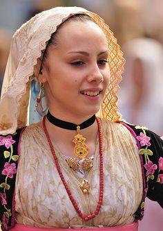 Donna in costume sardo. Festa di Sant'Efisio Cagliari #TuscanyAgriturismoGiratola