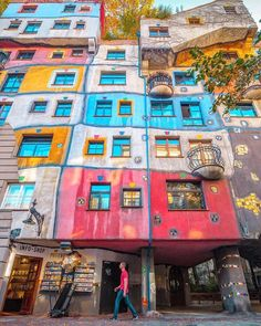 The Hundertwasser House in Vienna bears the unmistakable hand of the artist Friedensreich Hundertwasser.The colorfully decorated exterior façade of Hundertwasser House in Vienna draws attention to itself almost magically. Anyone who lives in the Hundertwasser House also has the right to decorate the façade around the windows entirely to their own taste. More than 200 trees and shrubs on the balconies and roof terraces make the Hundertwasserhaus a green oasis in the heart of the city.