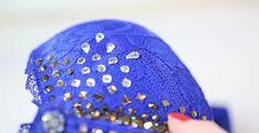 DIY para decorar un #sostén con cristales #Swarovski… ¡Nos ha maravillado! Hay varios modelos de las marcas más importantes de ropa interior que decoran sus #sujetadores (como Victoria's Secret) que podemos emular y adaptar a nuestro gusto. Sólo necesitamos algunos cristalitos, un diseño a seguir y un rato libre en casa.