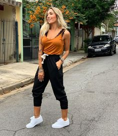 A imagem pode conter: 1 pessoa, em pé, sapatos e atividades ao ar livre Indie Outfits, Trendy Outfits, Cute Outfits, Fashion Outfits, Womens Fashion, Indie Clothes, Dark Fashion, Fashion Looks, Look Street Style