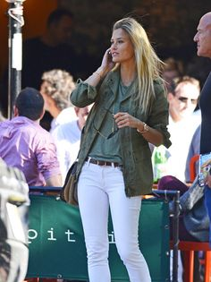 Wear your white jeans with a military jacket. If it's still a little bit cool where you live, consider pairing white denim with a military jacket. This transitional look feels super summery, but provides enough warmth for chilly spring days. For the perfect finishing touch, accent your ensemble with a brown belt or satchel