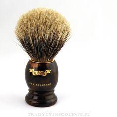 Przepiękny pędzel w rozmiarze 12 z najlepszej jakości włosia Borsuka Europejskiego Szarego. Pęk umieszczony w złotym metalowym pierścieniu, dzięki temu włosie mocno trzyma się w optymalnej pozycji. Rączka jest imitacją skorupy żółwia, na rączce logo Plissona. Historyczny model Plissona.