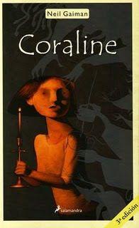 Al día siguiente de mudarse de casa, Coraline explora las catorce puertas de su nuevo hogar. Trece se pueden abrir con normalidad, pero la decimocuarta está cerrada y tapiada. Cuando por fin consigue abrirla, Coraline se encuentra con un pasadizo secreto que la conduce a otra casa tan parecida a la suya que resulta escalofriante.