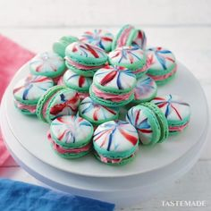 Here's how to get an awesome marbled effect on your macarons. Mix up the colours to create your ultimate treat! Here's how to get an awesome marbled effect on your macarons. Mix up the colours to create your ultimate treat! Köstliche Desserts, Delicious Desserts, Dessert Recipes, Yummy Food, Food Deserts, Snacks Recipes, Baking Recipes, Cookie Recipes, Yummy Treats