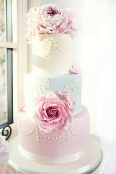 Wedding cake trends 2017: Floral ccakes are back in a big way. Check out customsugarflowers.com for beautiful handmade sugar florals