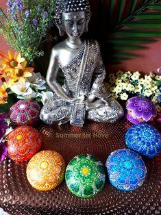 The color of life Rock Painting Patterns, Dot Art Painting, Stone Painting, Mandala Painted Rocks, Mandala Rocks, Mandala Drawing, Mandala Painting, Spiritual Drawings, Mandala Art Therapy