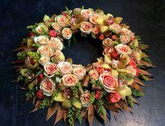 """Résultat de recherche d'images pour """"bloemen muur maken"""" Casket Sprays, Summer Wreath, Spring Wreaths, Funeral Flowers, Floral Wreath, Flower Wreaths, Floral Arrangements, Floral Design, Diy Crafts"""