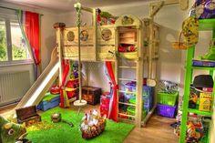 spielbett kinderzimmer rutsche grüner teppich körbe