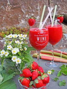 *Yhteistyössä #hardyswines ja #viinilinna Kun katsoo juuri nyt ulos niin kesä totisesti antaa vielä odottaa, mutta toivottavasti saamme... Alcoholic Drinks, Strawberry, Wine, Pure Products, Fruit, Glass, Food, Drinkware, Corning Glass