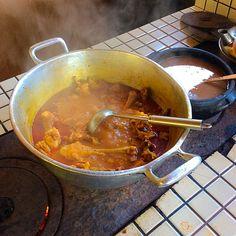 Sopa de galinha na panela.
