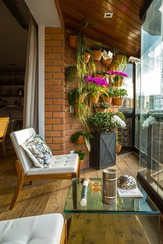 Varanda do apartamento da Joalheira Carol Keutenedjan é projeto da arquiteta Helena Camargo. Foto: Edu Castello / Editora Globo