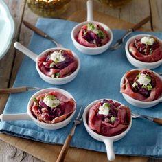 Recept - Rosbiefroosjes met gekaramelliseerde ui - Boodschappenmagazine #hapjes