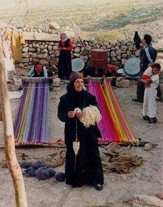 """Proyecto Tejiendo la Mujer Hamida Bani.   Amman, Jordan.  """"En las aldeas de las montañas con vistas al Mar Muerto, Viva la tribu de beduinos antiguamente nómada de los Bani Hamida. Hoy en día el nombre de esta tribu es sinónimo en Jordania con el proyecto iniciado por el tejido doce mujeres de la tribu en 1985."""""""