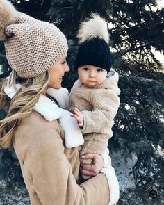 Becca et Léopold [📷: Nick Branagh] -tenderness- bebe So Cute Baby, Mom And Baby, Mommy And Me, Cute Kids, Cute Babies, Baby Kids, Beach Babies, Foto Baby, Baby Family