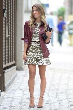 Estilo feminino com casaco a condizer, carteira na mão, sapato salto alto. Arrasar.