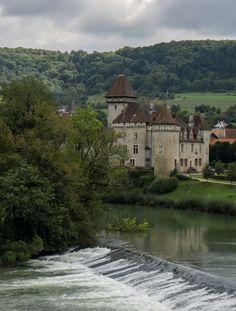 Chateau de Cèron au bord de la Loue (Doubs, France)