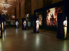 porceleinen poppen of digitale, mensen laten praten met figuren; individuele verhalen in een tentoonstelling.