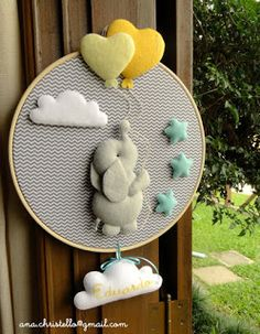 Favors, paintings, mobiles and maternity doors personalized for the baby . Personalized baby shower favors, frames, mobiles and maternity doors. Baby Bedroom, Baby Room Decor, Nursery Decor, Felt Decorations, Baby Shower Decorations, Felt Crafts, Diy And Crafts, Personalized Baby Shower Favors, Baby Door