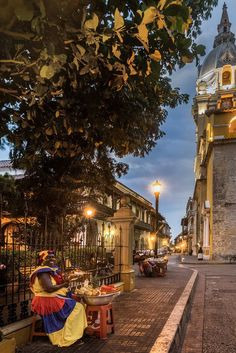 Vendedora de frutas. Cartagena, COLOMBIA  by Axel Flasbarth