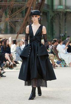 Desfile de Chanel Alta Costura otoño-invierno 2017-2018 💎💎 Reina tweed, evidentemente. También vemos cuero, satén, lana, chifón. Además colores y estampados reconocibles, una versión renovada de traje clásico y un trabajo manual muy fino. Entre colores negro, gris, marrón, azul del cielo nocturno. #coleccion #desfile #chanel #altacostura #semanadelamoda #paris #blog #fashion #fashionblog #collection #karllagerfeld #luxury #style #designer #design #details #hautecouture #fashionweek