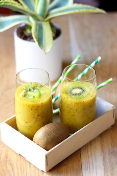 Vitamin Smoothie mit Kiwi und Mango - Delikatessen - Végétaℓ & eɴ Fʀaɴçaıs ⓥ - Kiwi Smoothie, Vitamin Smoothie, Fruit Smoothies, Smoothie Recipes, Juicer Recipes, Healthy Drinks, Healthy Snacks, Healthy Recipes, Detox Drinks