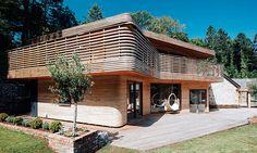 Tom Raffield si postavil dům z ohýbaného dřeva