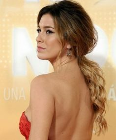 Blanca Suárez con coleta baja y vestido rojo: look perfecto para Nochevieja