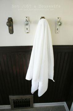 Grande idéia. Maçanetas antigas viram porta-toalhas.