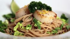 Pasta med sjømat smaker utrolig godt, og du kan bruke kamskjell, krepsehaler eller reker.