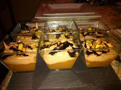 Vasitos de mousse de foie con compota de manzana y pistachos