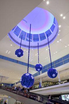•DECORACIÓN NAVIDAD CENTROS COMERCIALES FABREGAT.  Fabregat Decoración de Navidad, combina las bolas de Navidad con unos fantásticos copos LED consiguiendo un elemento decorativo para el Centro Comercial simple y tremendamente elegante. Es la combinación, siempre actual, de los Blancos y azules.