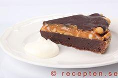 Snickerskladdkaka - Otroligt god snickerskladdkaka. En kladdkaka inspirerad av snickers. Med kolakräm, jordnötter och choklad. No Bake Desserts, Dessert Recipes, Yummy Snacks, Yummy Food, Food Photo, Sweet Treats, Deserts, Food And Drink, Sweets
