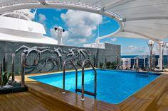 5 piscines de 1.700 mètres carrés Le navire dispose de plusieurs bassins, dont un couvert, d'un parc aquatique, avec toboggans, 150 jets d'eau et 12 bains à remous et d'un spa de 1.700 m2.