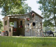 Une cabane de jardin avec un comptoir et une petite barrière