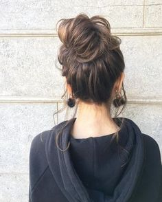 Messy Buns For Life - Highpe Medium Hair Cuts, Short Hair Cuts, Bun Hairstyles, Pretty Hairstyles, Hair Inspo, Hair Inspiration, Edgy Short Haircuts, Summer Wedding Hairstyles, Hair Arrange