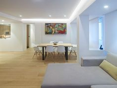 La rehabilitación realizada en esta vivienda por Castroferro Arquitectos se ha materializado en contemporáneos espacios, llenos de luz y equilibrio