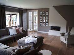 Met deze kleur vloer wordt het minder een grijze bedoening, ondanks grijze muren en meubels. Fotolijsten zouden ook juist gekleurd kunnen zijn voor wat vrolijkheid,