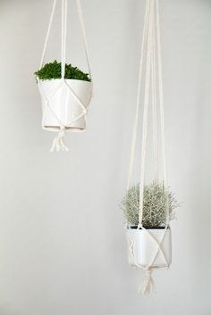 Chi Chi Dee Handmade: Simple DIY Macrame Pot Hanger Tutorial, just what I need and it looks simple! Macrame Hanging Planter, Macrame Plant Holder, Hanging Pots, Diy Hanging, Hanging Baskets, Pot Hanger, Deco Floral, Macrame Projects, Diy Planters
